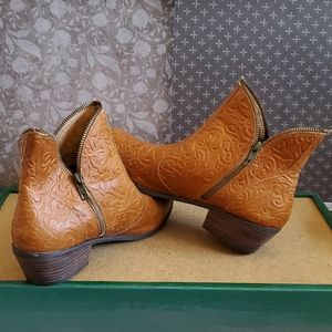 PAZZO Shoes - Anthropologie Pazzo leather booties 10M